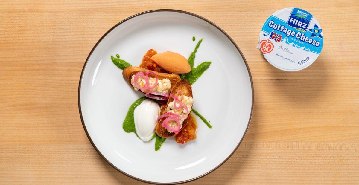 Hüttenkäse-Crostini auf Tomaten-Chutney vom Schweizer Sternekoch Arno Abächerli